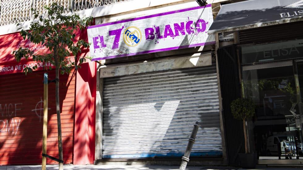 El bar 'El 7 Blanco', con la persiana bajada