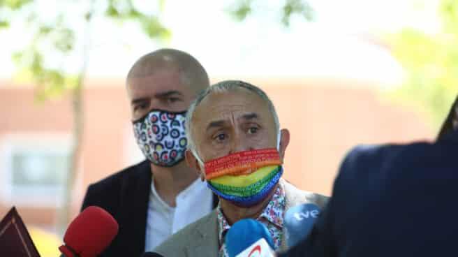 El secretario general de UGT, Pepe Álvarez (delante), junto con el secretario general de CCOO, Unai Sordo, durante la firma del acuerdo de pensiones en julio.
