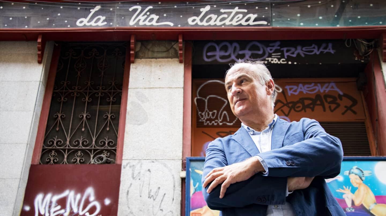 """Fernando Benzo, autor de """"Los viajeros de la Vía Láctea"""", posa delante del bar de Malasaña que da nombre al libro"""