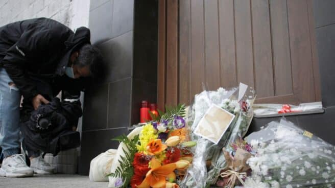 Ramos de flores ante la panadería que regentaba una víctima de violencia de género en La Coruña
