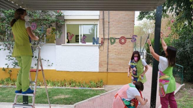 Trabajadores del colegio público de Nª Señora del Rocío, poniendo a punto el recinto ante la inauguración del curso escolar en Coria del Río, Sevilla
