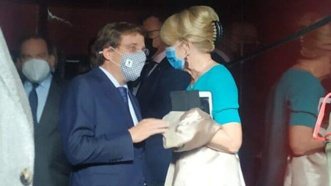 El presidente Martínez Almeida hablando con Esperanza Aguirre