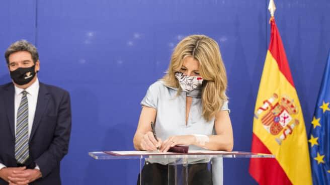 La vicepresidenta tercera del Gobierno y ministra de Trabajo y Economía Social, Yolanda Díaz, y el ministro de Inclusión, Seguridad Social y Migraciones, José Luis Escrivá, firmando la prórroga de los ERTE de mayo.