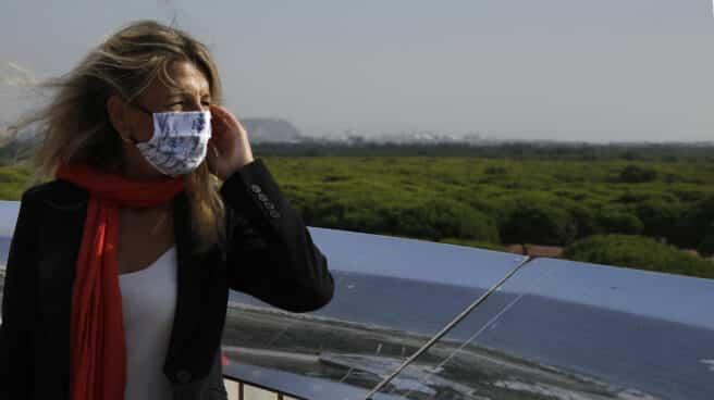 La vicepresidenta segunda y ministra de Trabajo y Economía Social, Yolanda Díaz, durante su visita al espacio protegido de la Ricarda, en El Prat de Llobregat, Barcelona.