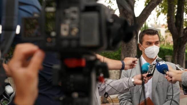 El secretario general de Jupol y aspirante a secretario general, Aarón Rivero, atendiendo a los periodistas.