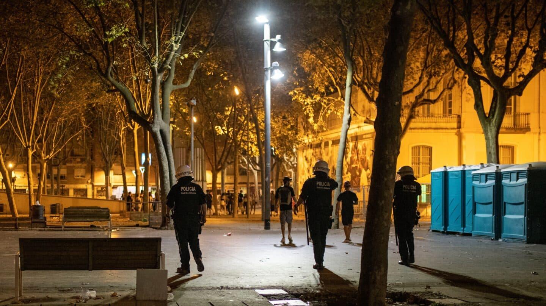 Agentes de los Mossos d' Esquadra en las calles del barrio barcelonés de Sants durante las recientes fiestas.