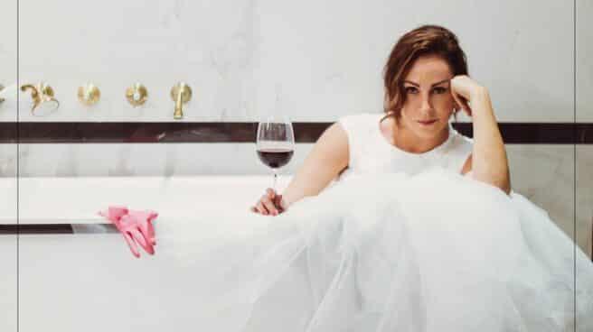 Ana Milán vestida con un traje de novia y una copa de vino en la mano, reposa en la bañera. Anuncio para el estreno de su próxima temporada de By Ana Milán.