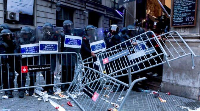 Policías denuncian la pasividad ante el asedio a la Jefatura Superior de Barcelona