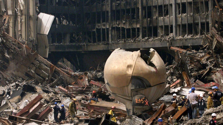 Equipos de rescate peinan las ruinas del World Trade Center, los restos de las Torres Gemelas en Nueva York tras los atentados del 11S
