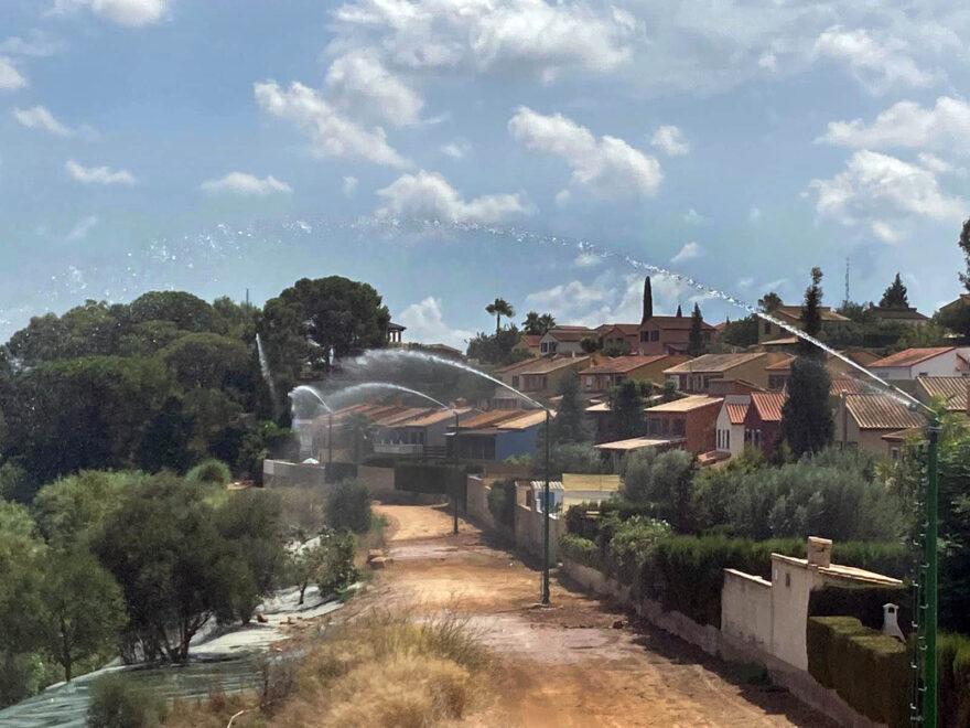 Sistema de defensa contra el fuego en Riba-roja echando agua.