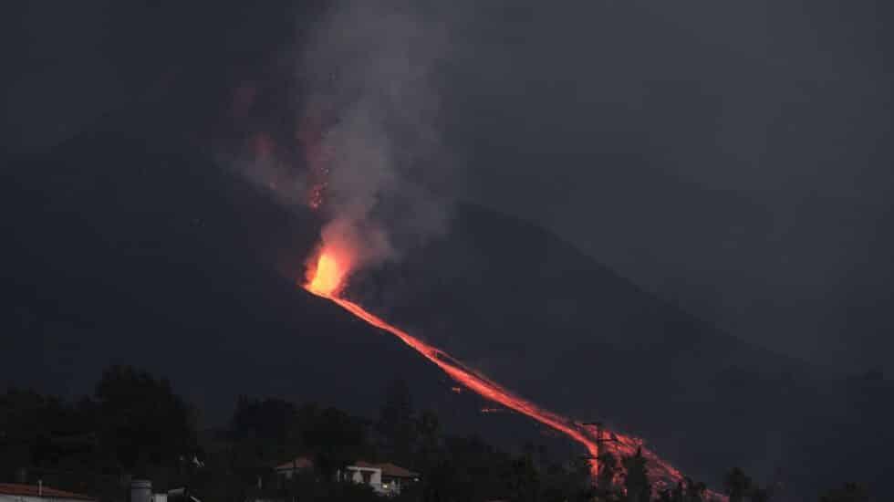 Tras un día relativamente en calma, la erupción volcánica de La Palma ha empezado a lanzar lava a gran velocidad y virulencia.