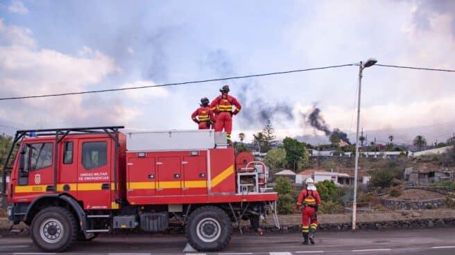 Efectivos de la Unidad Militar de Emergencias (UME), frente al volcán de La Palma.