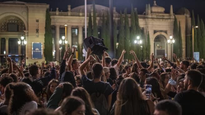 Cientos de personas hacen botellón en Barcelona.