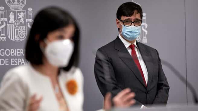 La ministra de Sanidad, Carolina Darias, y su predecesor en el cargo, Salvador Illa, en el traspaso de la cartera.