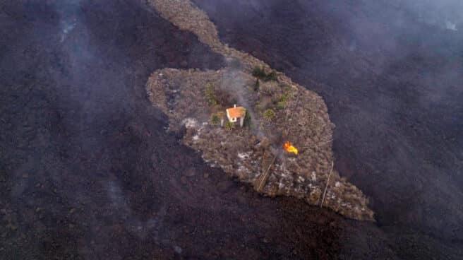 Una casa en mitad de la lava del volcán de La Palma queda a salvo de ser destrozada