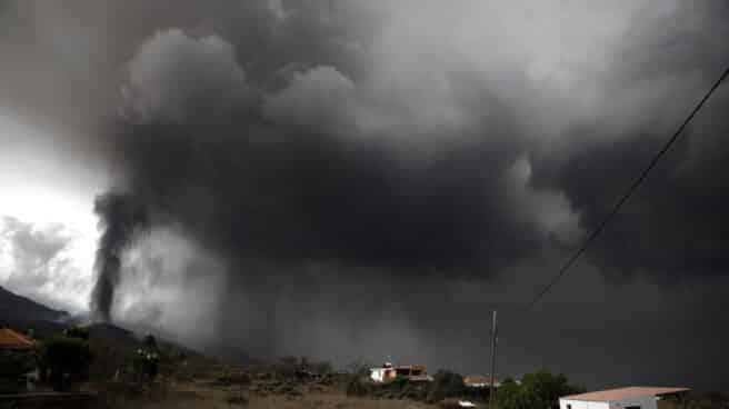 Nube de ceniza y dióxido de azufre que expulsa el volcán de La Palma.