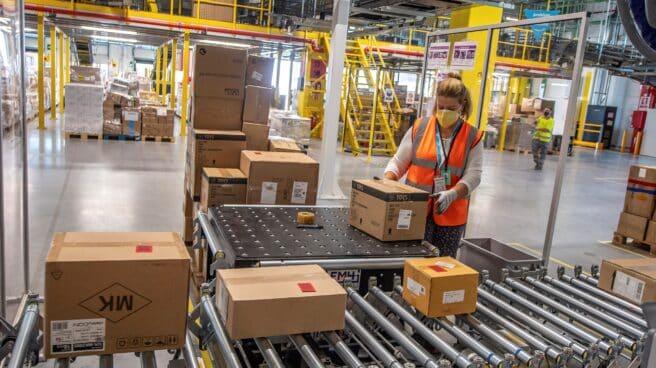 Una trabajadora en el nuevo centro logístico de Amazon en Illescas.