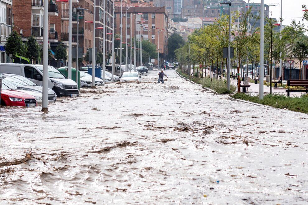 Vista del paseo de La Rosa, este miércoles en Toledo, inundado después de que el arroyo De la Rosa se haya desbordado por las tormentas. EFE/ Ismael Herrero