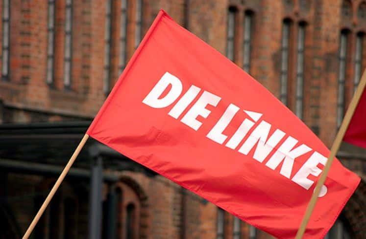 Una bandera de Die Linke junto al Rotes Rathaus de Berlín