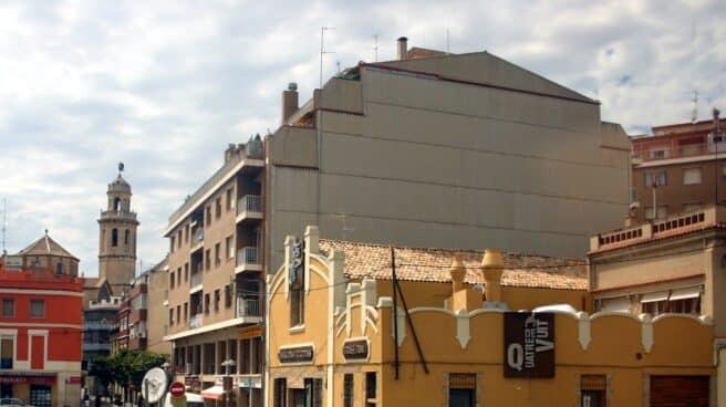 Edificios de color amarillo y blanco con una vía circular en medio. Es Vendrell,Tarragona