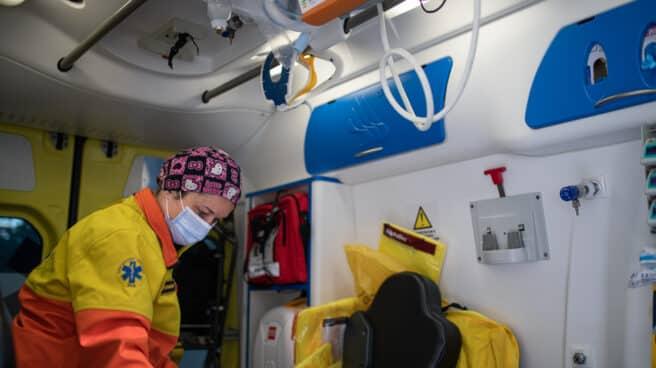 Una técnico del Sistema de Emergencias Médicas (SEM) de la Generalitat de Cataluña en una ambulancia