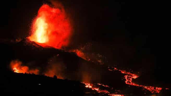 Una boca eruptiva expulsa lava y piroclastos en la zona de Los Llanos, en El Paso, La Palma