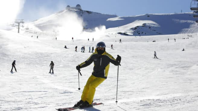 Esquiadores con mascarillas en la estación de esquí de Sierra Nevada.