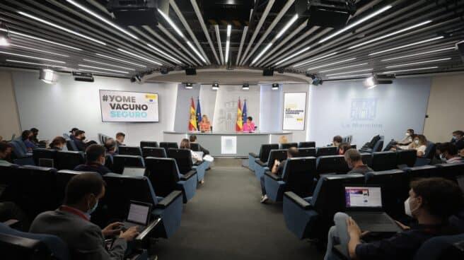 La ministra Portavoz, Isabel Rodríguez (d), y la ministra de Educación y Formación Profesional, Pilar Alegría (i), comparecen tras la reunión del Consejo de Ministros