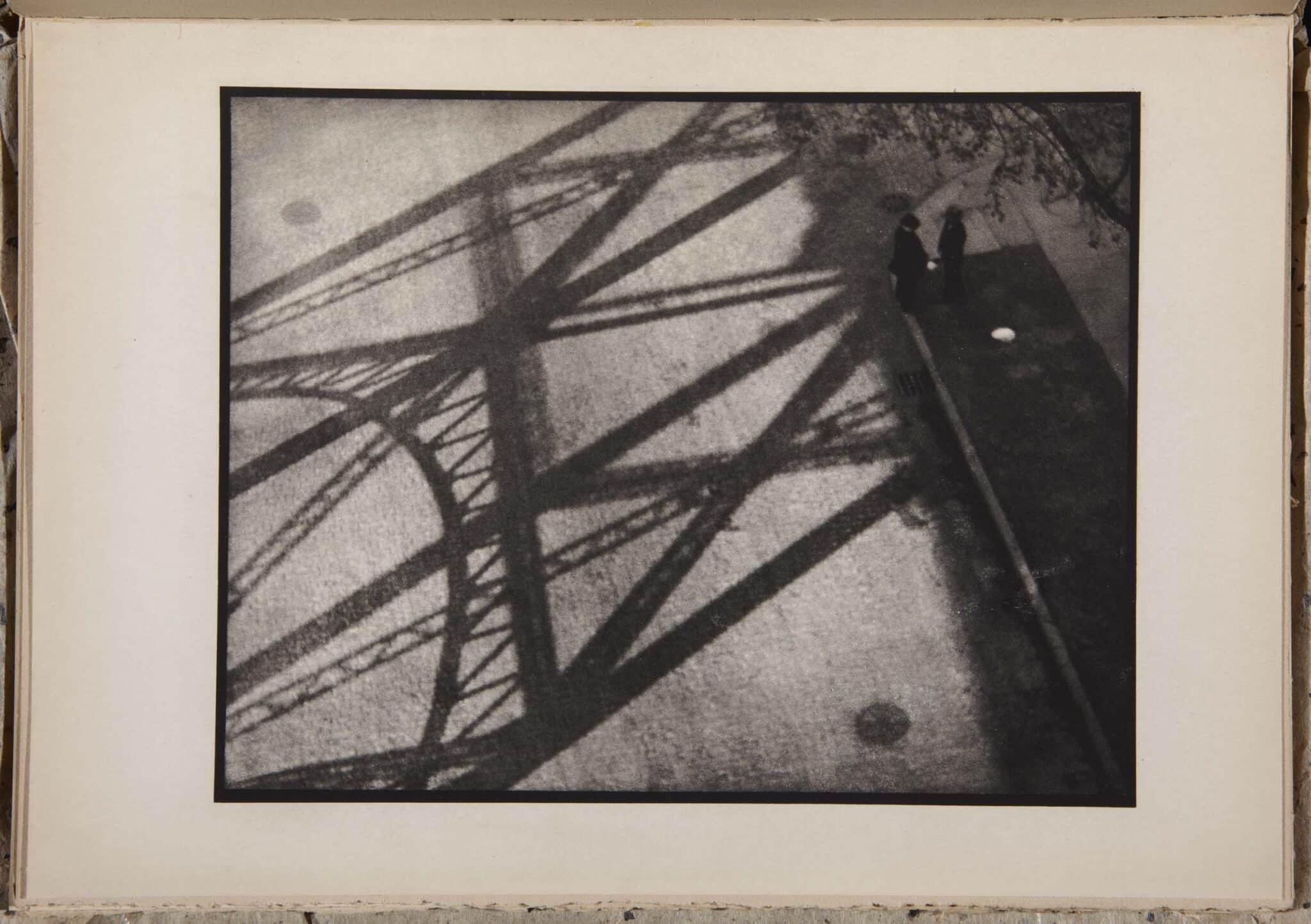 """Fotografía de Paul Strand titulada """"Fotografía Nueva York"""" en la que se puede ver la sombra de un puente estadounidense"""