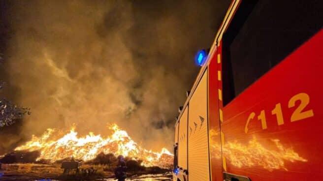 Un rayo provoca un incendio industrial en una fábrica de compostaje en Paracuellos del Jarama (Madrid)