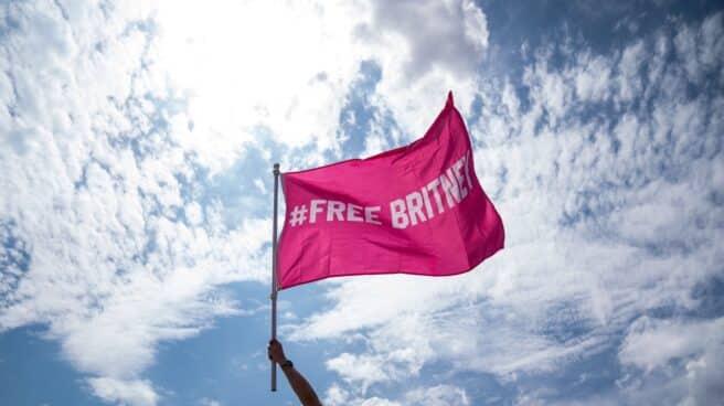 """Fan de Britney alzando la bandera con el mensaje """"Free Britney"""" el día de su libertad."""