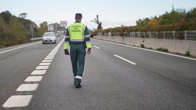 Un guardia civil de Tráfico, en un control en las carreteras navarras.