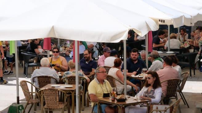 Varias personas en la terraza de un restaurante en Galicia