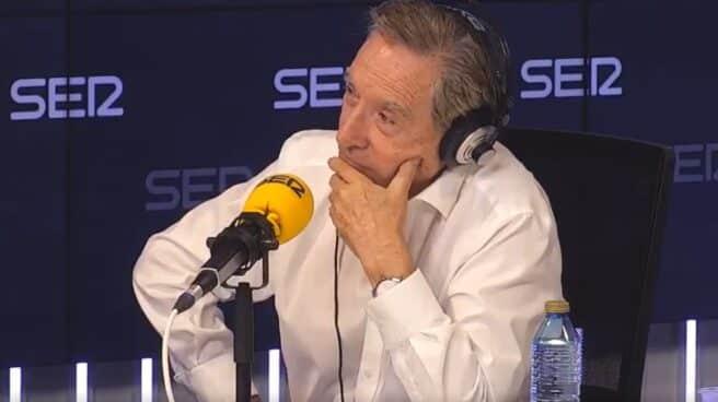 Iñaki Gabilondo sentado en la mesa de la radio en Cadena Ser