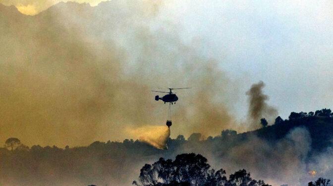 300 bomberos forestales obligados a retirarse del incendio de Sierra Bermeja por el humo