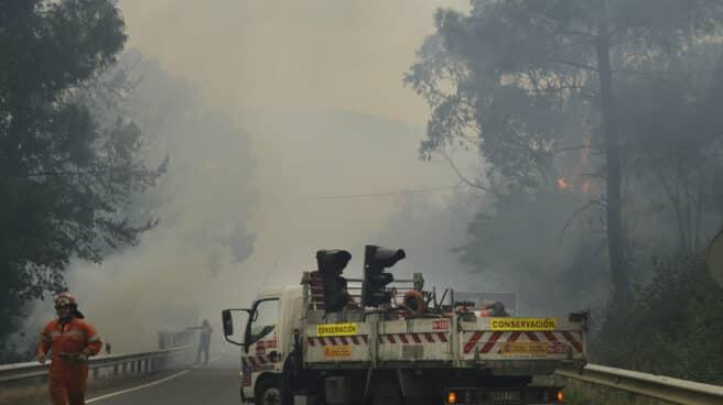 Agentes forestales trabajan en las tareas de extinción de incendios de un fuego en el municipio de Ribas de Sil.