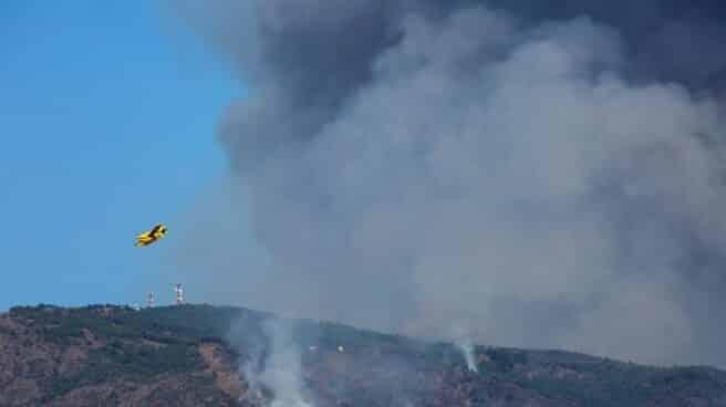Helicópteros trabajan en la extinción del incendio de Sierra Bermeja.
