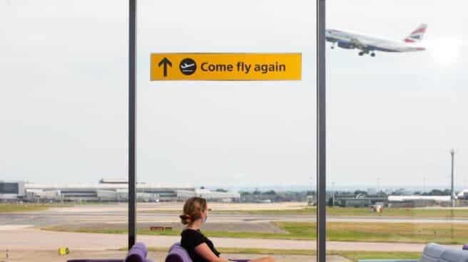 Un avión despega en el aeropuerto de Heathrow