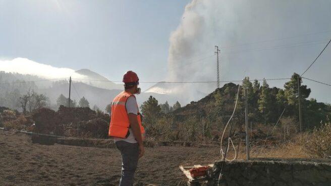 Técnicos controlan la emisión de gases del volcán de La Palma.