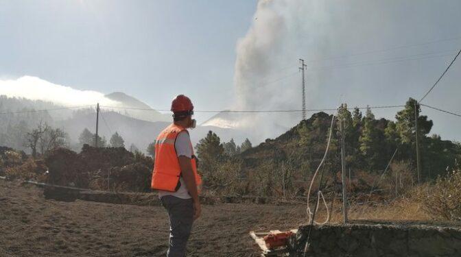 El viento aleja la nube de gases que deja la lava en el mar
