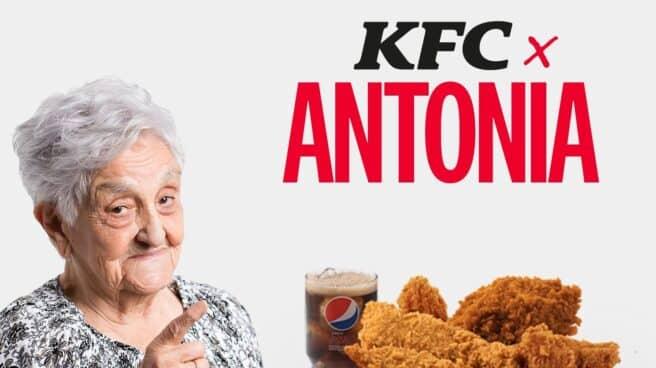 Anciana en un cartel publicitario de KFC con un cubo de pollo frito al lado