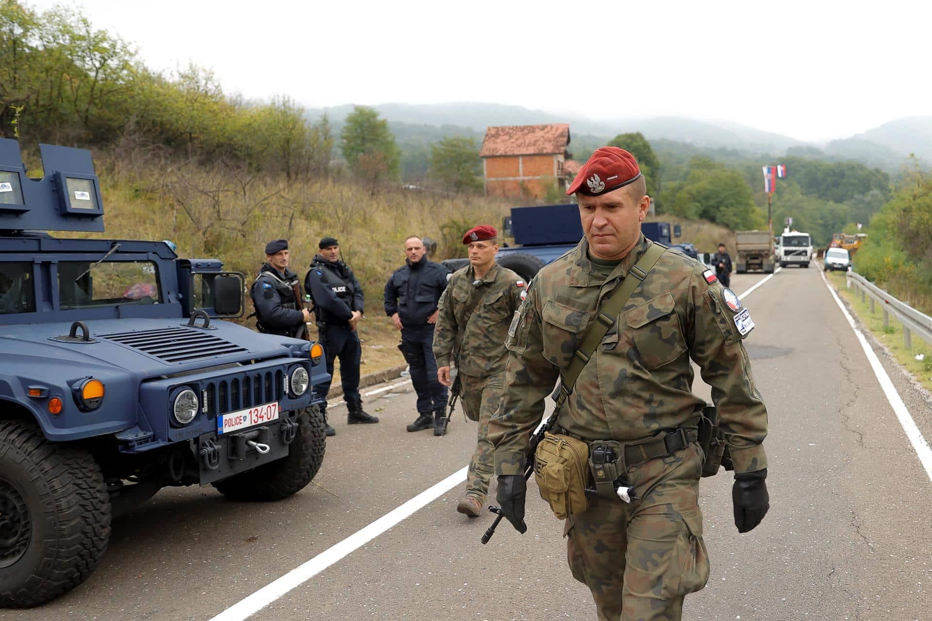 Las fuerzas de paz de la OTAN se han desplegado en la frontera entre Serbia y Kosovo a raíz de la crisis de las matrículas.