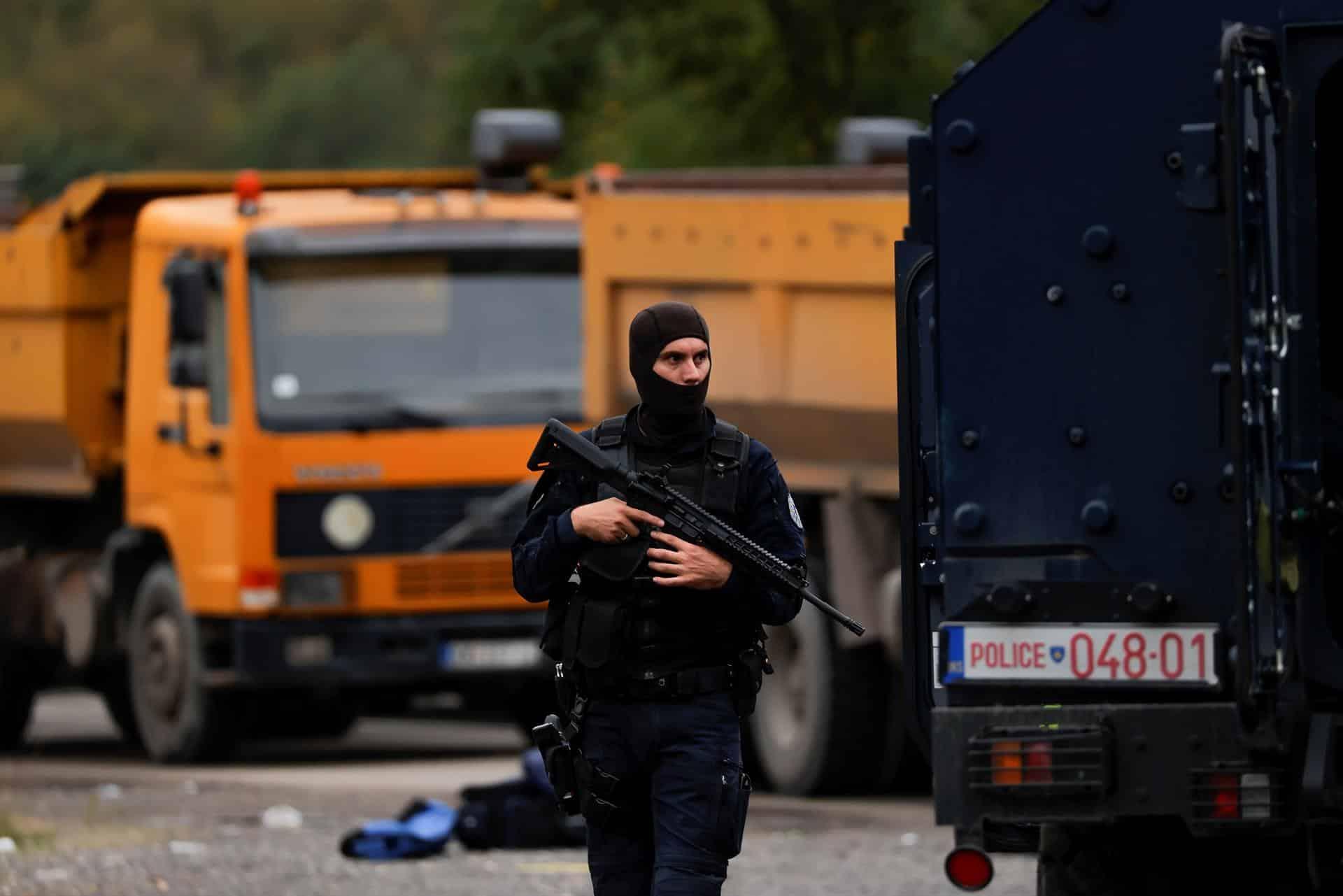 Un policía kosovar, con su arma en el bloqueo de Jarinje.