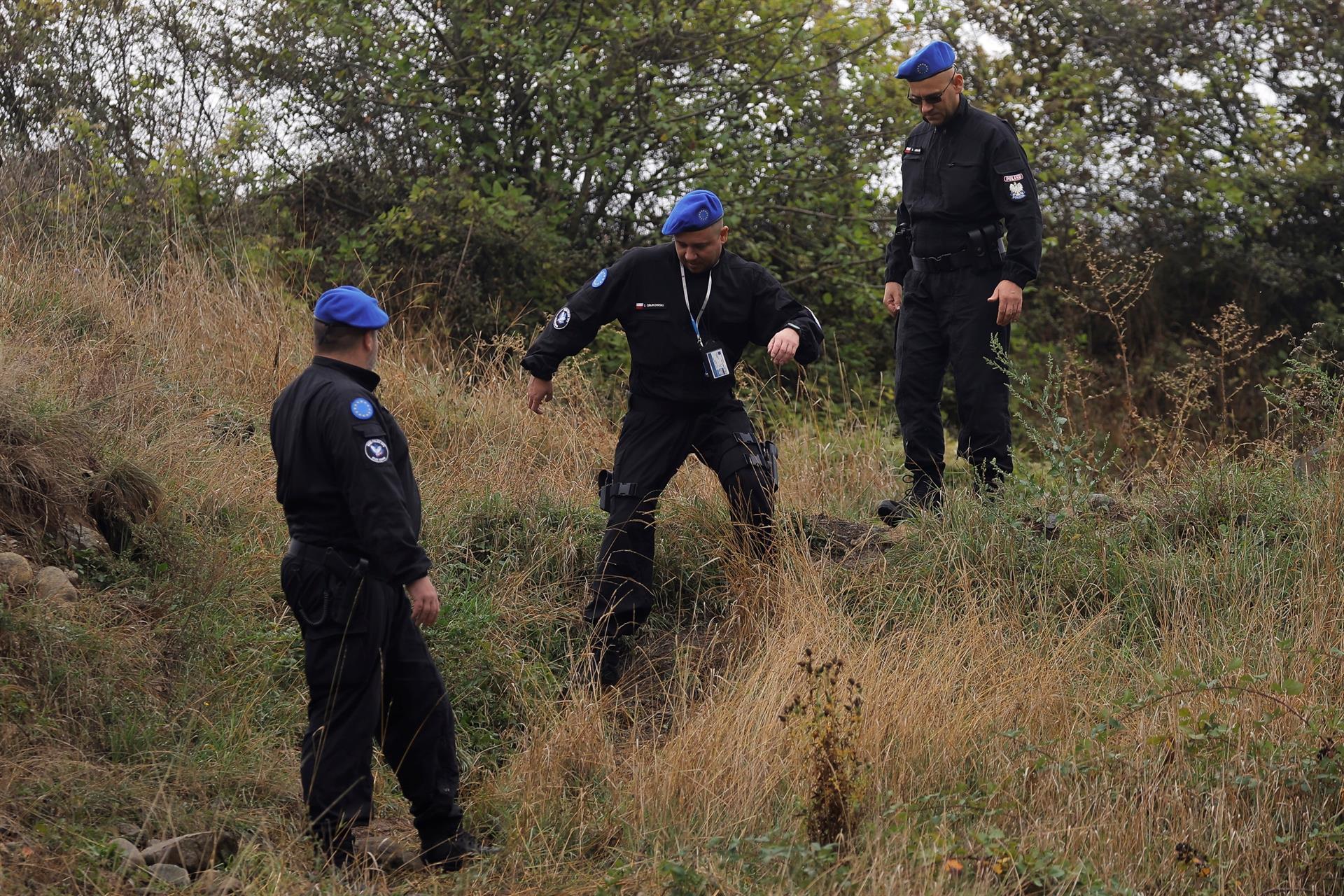 Policías de la misión EULEX de la Unión Europea, en la zona de tensión.