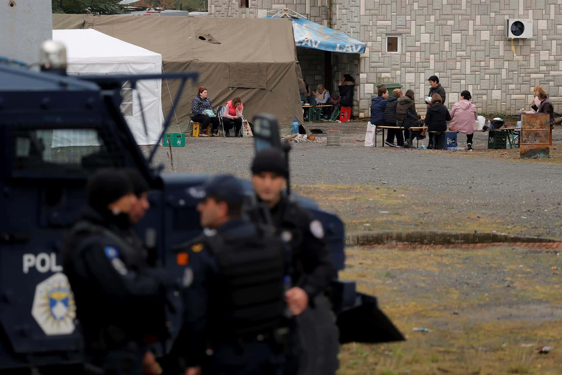 Los serbios del norte de Kosovo han organizado campamentos en los pasos fronterizos para protestar por la nueva regulación sobre las matrículas.