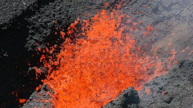 Imagen del volcán de La Palma erupcionando