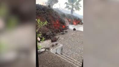 VÍDEO | La lava se adentra en las viviendas de La Palma