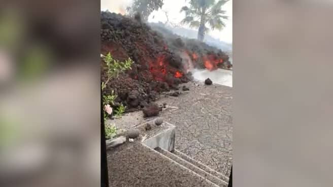 Imagen de la lava entrando en una casa de La Palma tras la erupción del volcán