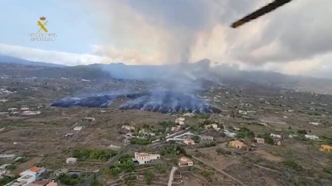 Imagen de la lava descendiendo por la montaña de La Palma