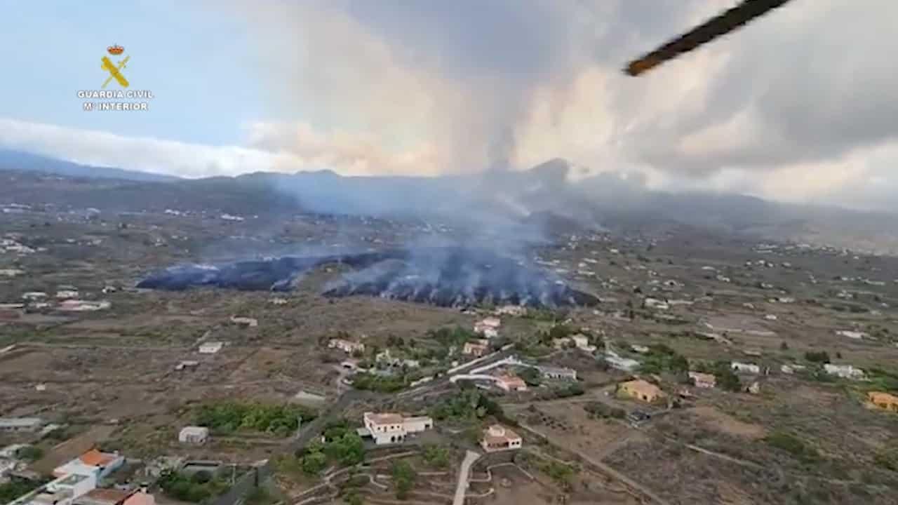 Así desciende la lava en La Palma engullendo casas y cultivos
